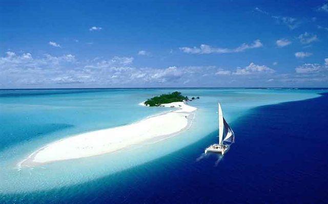 ノンカウイ島とヨットの風景