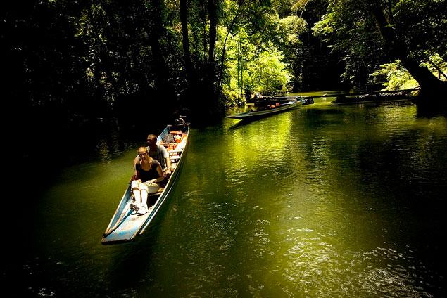 グヌン•ムル国立公園内の池をボートで探検する人々の風景