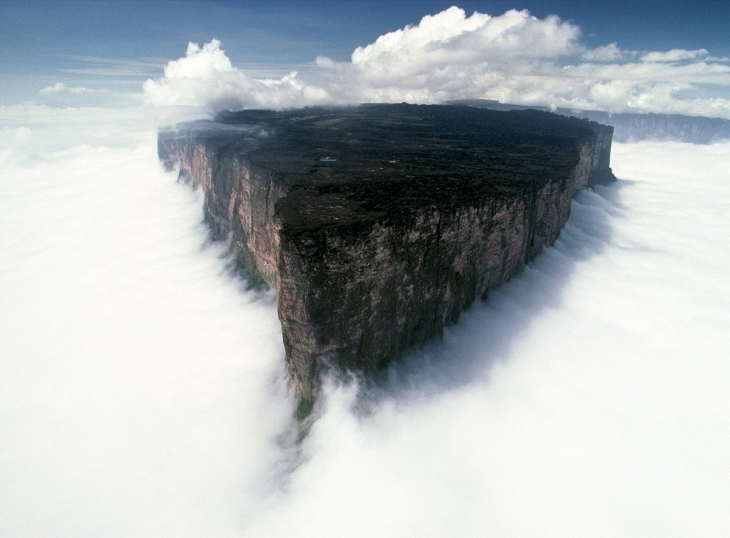 雲に浮かぶロライマ山