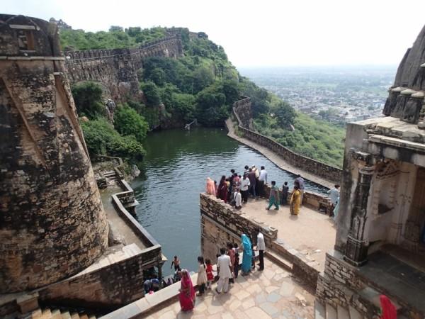 砦上部から眺めたチッタウルガルの貯水池