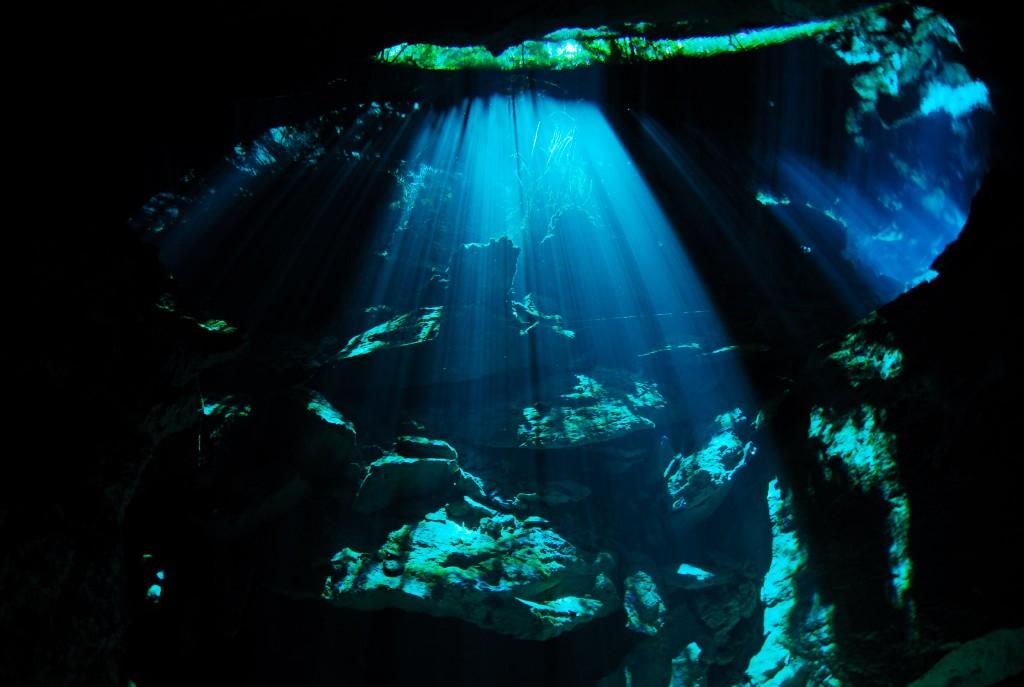 セノーテの暗闇を光が照らす風景