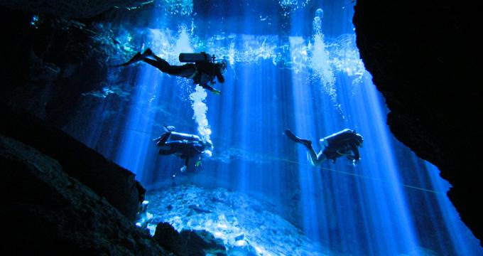死ぬまでに一度は行きたい世界の絶景:光のカーテン「セノーテ」