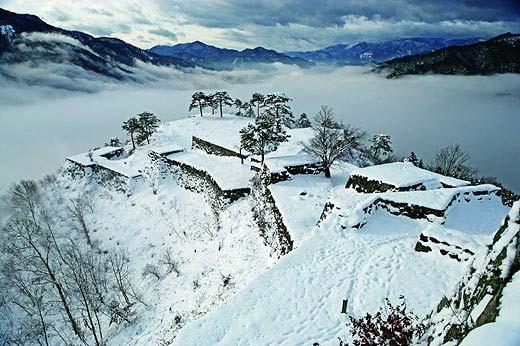 冬の雲海に浮かぶ竹田城を上空から眺めた風景