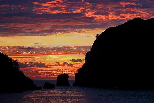 夕日に染まる巨済島の獅子岩と海金剛