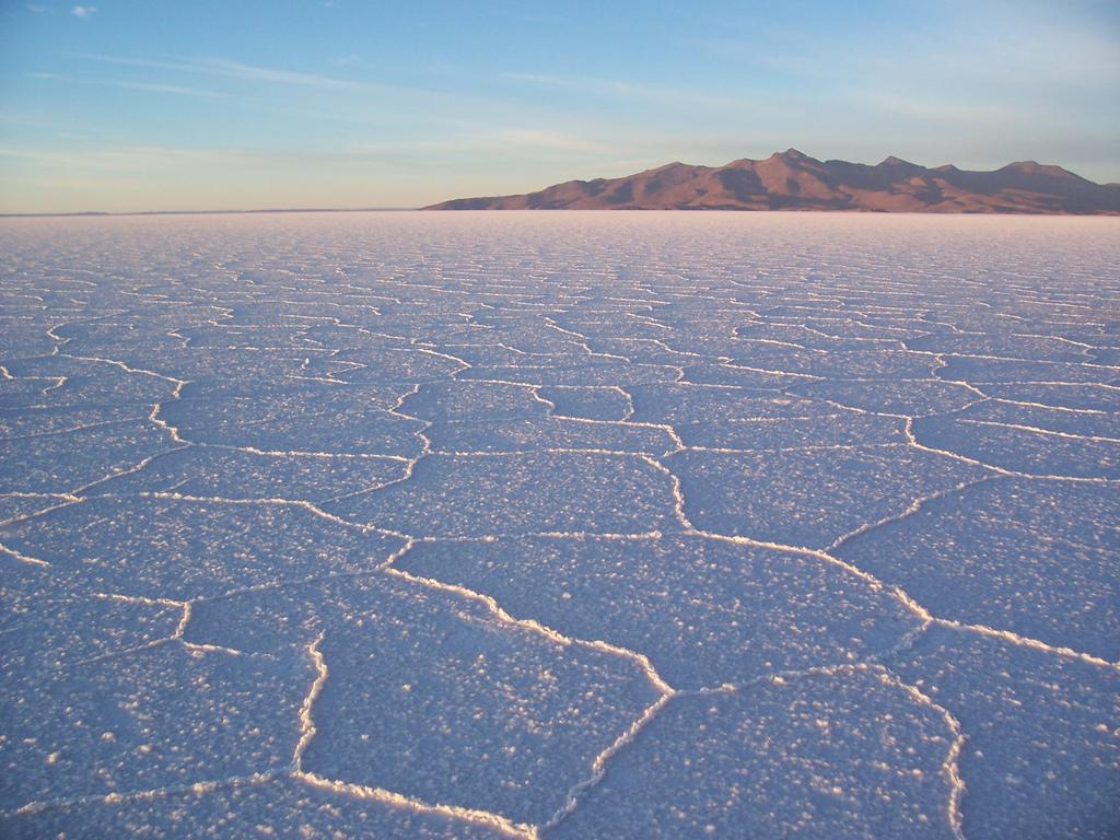 水が張ってない状態のウユニ塩湖