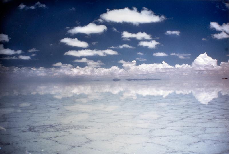 空を鏡のように映すウユニ塩湖