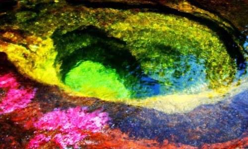 5色に輝くカーニョ•クリスタレスの水