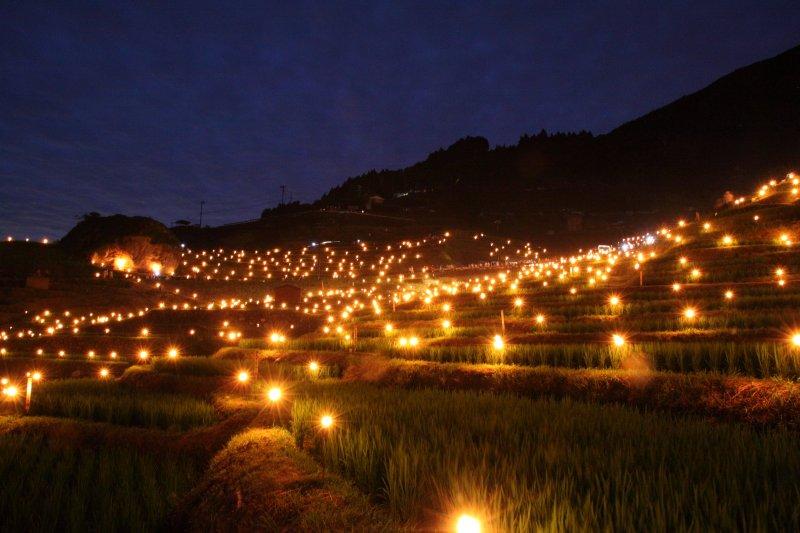 丸山千枚田伝統の虫送りの様子を近くから撮影した風景