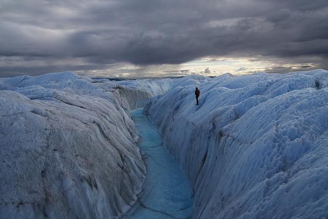 氷の峡谷周辺を探検する人