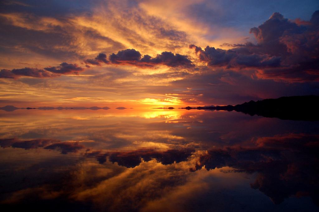 夕暮れの空を映すウユニ塩湖