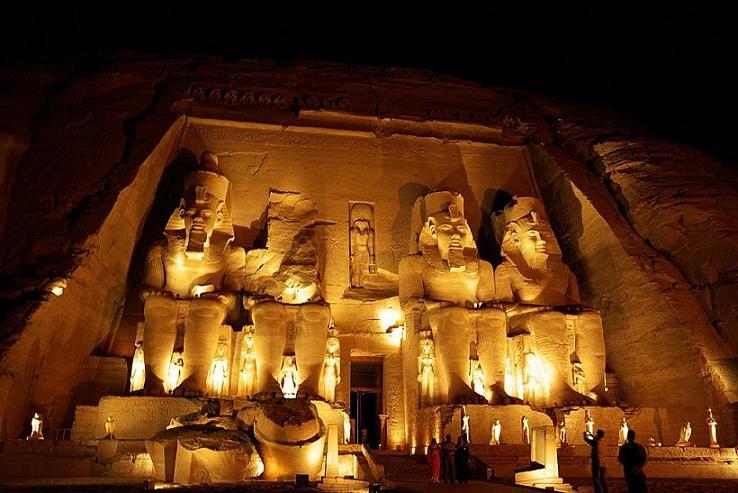 ライトアップ時のアブ・シンベル大神殿