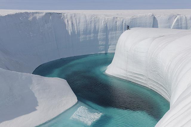 グリーンランドの氷の峡谷を眺める人