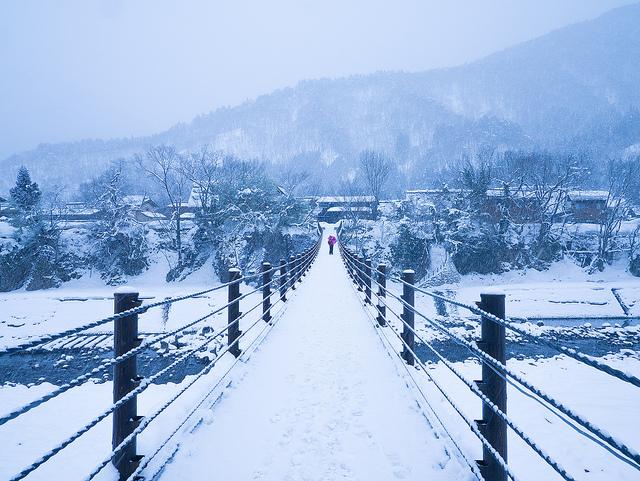 雪積もる白川郷の風景