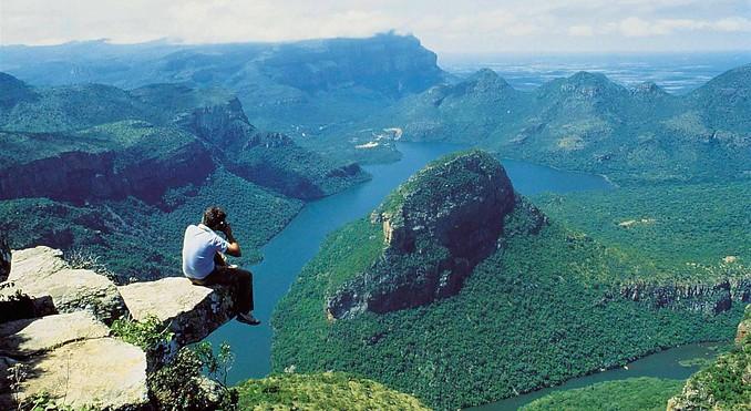 ブライデリバーキャニオンの絶壁の岩から景色を眺める人