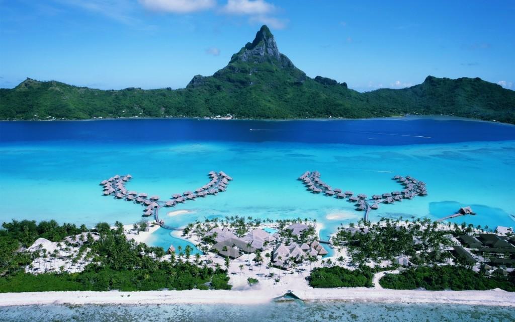 上空から眺めるボラボラ島フォーシーズンスホテルの周辺の風景