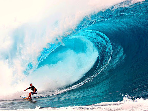 タバルア島でサーフィンを楽しむ人