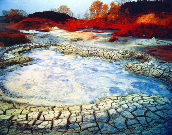 マグマの熱で乾ききったウゾン•カルデラの大地