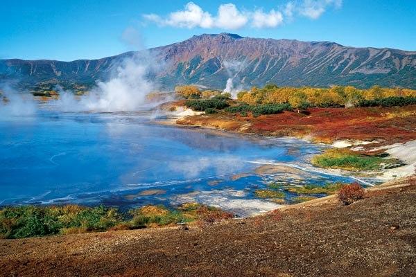 蒸気をあげるウゾン•カルデラの山々や湖の風景