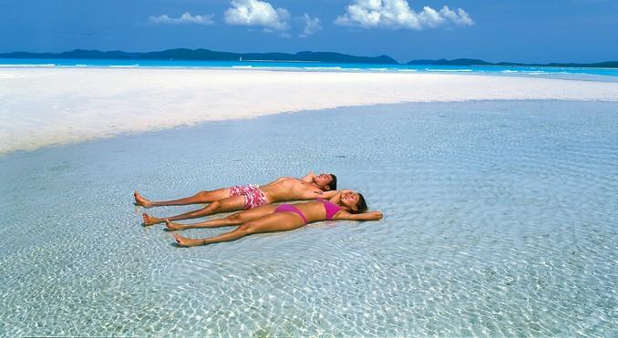 ホワイトヘブンビーチで日光浴をする人々