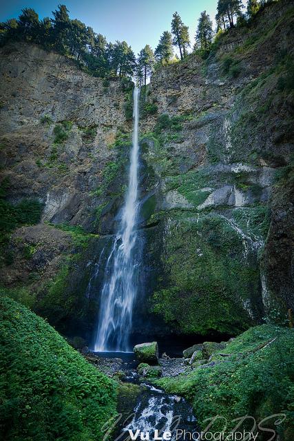 下から見上げたマルトノマ滝の風景
