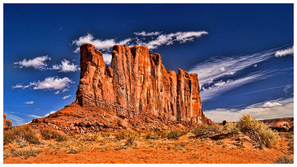 モニュメントバレーの巨大な岩と空