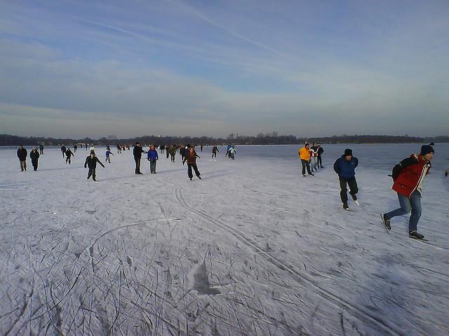 オランダ氷の道でスケートを楽しむ人々