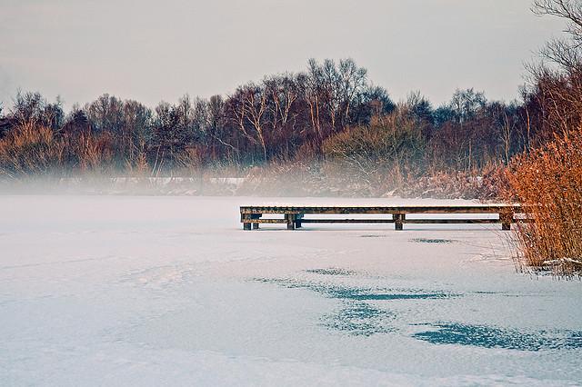 寒さでパーテルスウォルトセ湖がオランダ氷の道になっていく風景