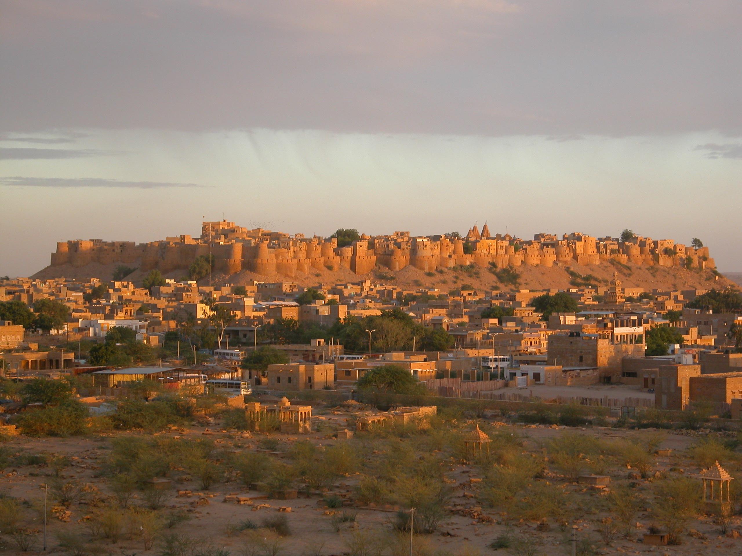 悠久の歴史を感じる黄金色の砂漠都市「ジャイサルメール」