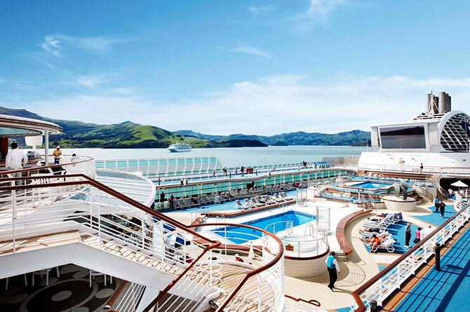 ダイヤモンドプリンセス客船の客船内のプールの風景