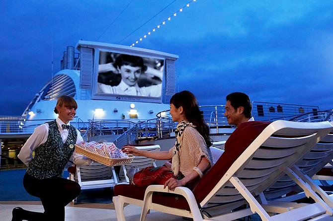 ダイヤモンドプリンセスの巨大スクリーンで映画を楽しむ客