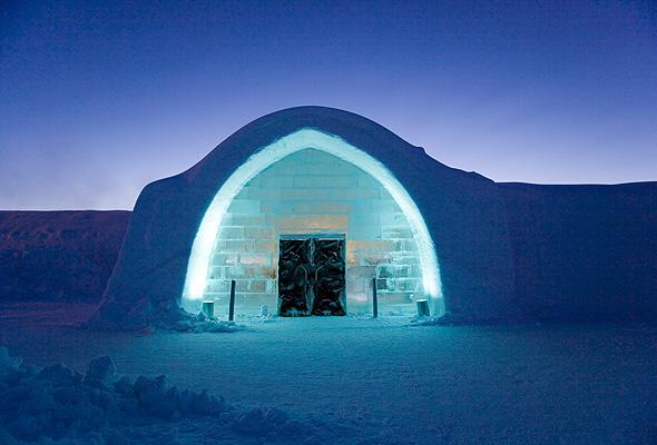 まるでアナと雪の女王の世界。氷で覆われた幻想的なホテル「アイスホテル」