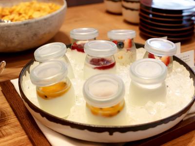アンダーズ東京の朝食ブッフェのヨーグルト、ミューズリー