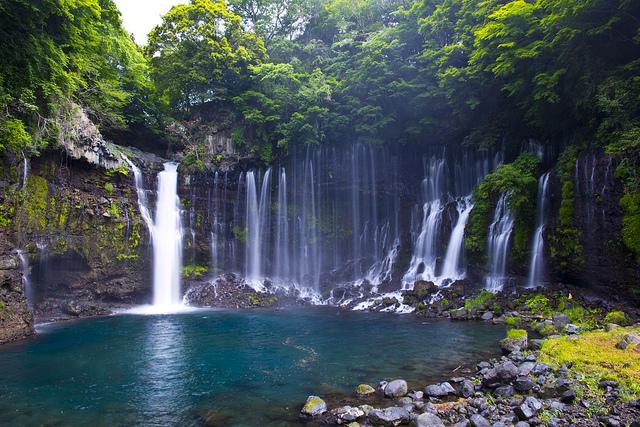 【世界遺産 富士山の構成資産】白い絹糸のような幾筋もの水の芸術「白糸の滝」