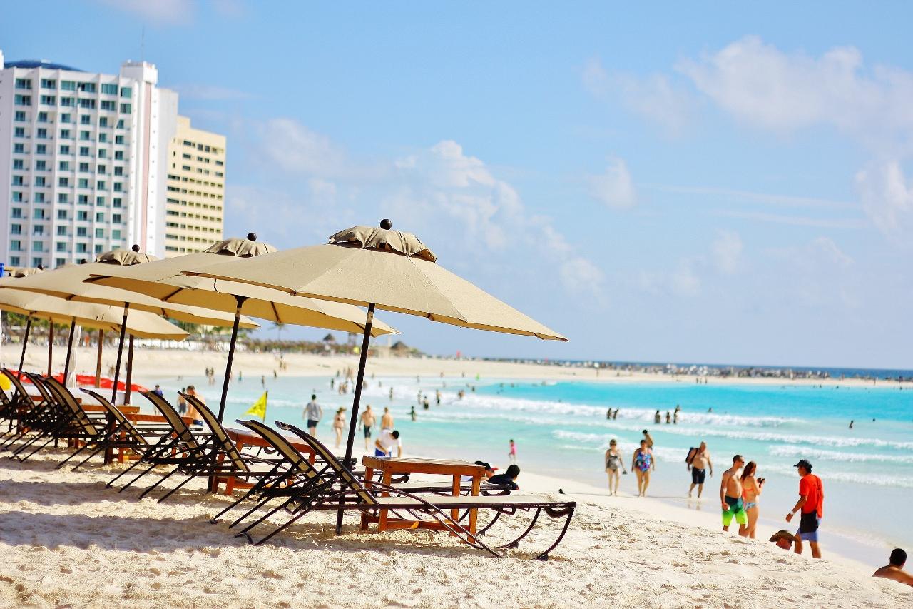 まるで絵画のようなターコイズブルーの海と白いビーチが延びるメキシコ随一のビーチリゾート「カンクン」