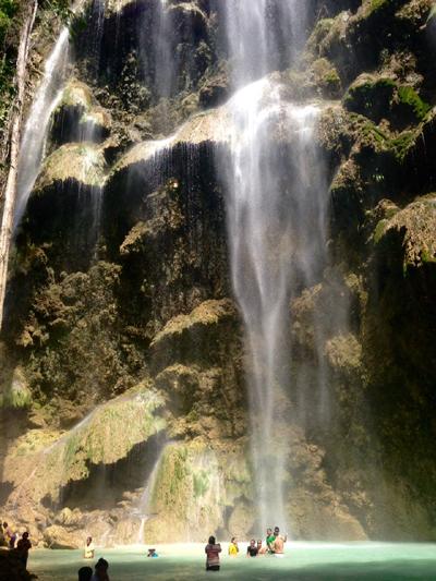 オスロブ近くのトゥマログの滝
