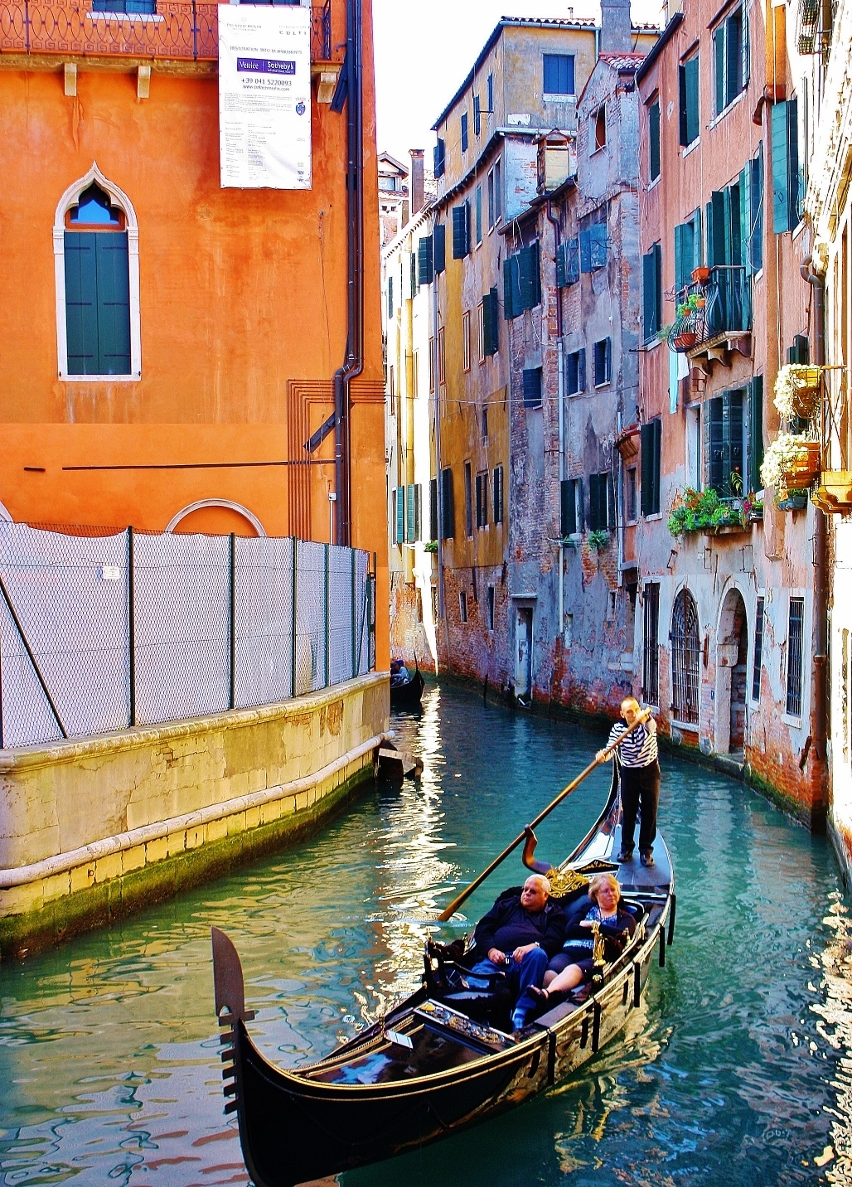 イタリア ヴェネツィア 運河をゴンドラで渡る