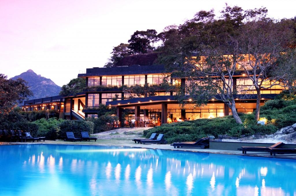 時間の経過と共に緑が生い茂り、自然に帰化するホテル「ヘリタンス・カンダラマ」
