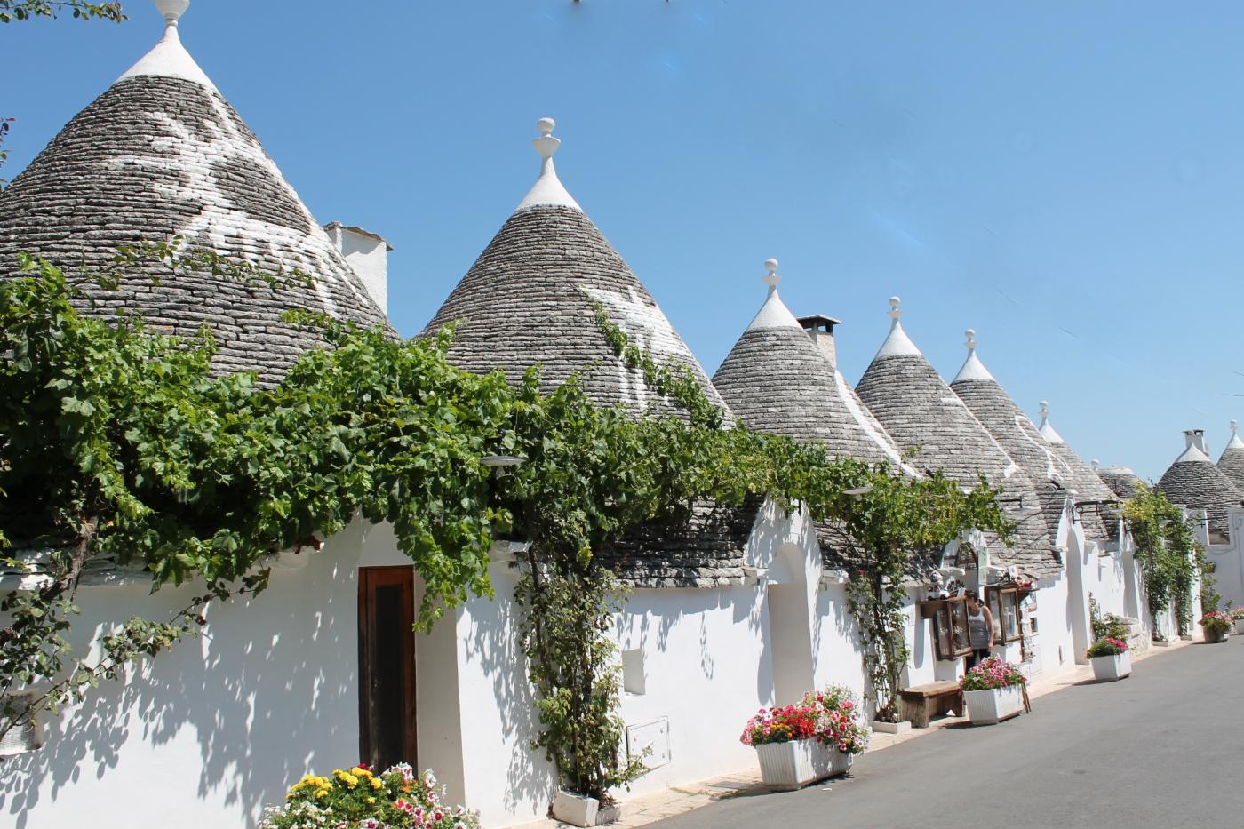 とんがり屋根に白い壁。地面からにょきにょきと生えてきたようなおとぎ話ホテル「ル・アルコーヴェ」