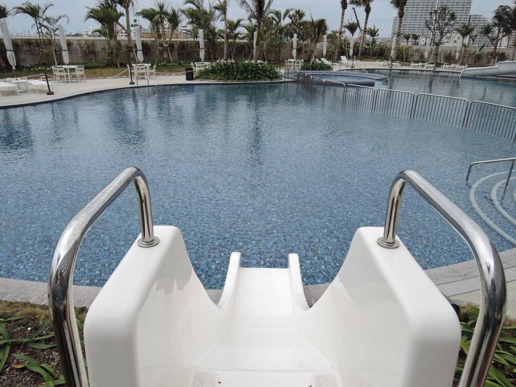 ヒルトン沖縄北谷リゾートのプールのスライダー
