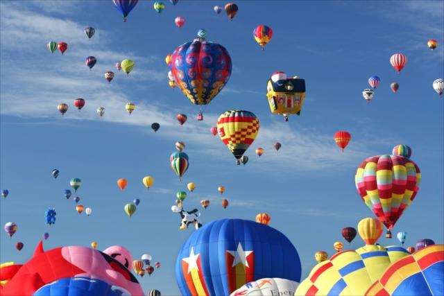 個性的な700個の気球が空一面をカラフルに彩る、世界一のバルーンフェスティバル