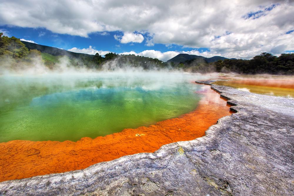 神秘的な色彩の温泉「シャンパン・プール」で大自然の美しさを感じる旅へ