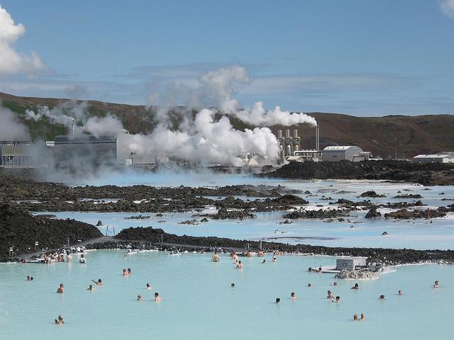 年間4000万人が訪れる、世界最大の温泉「ブルーラグーン」【アイスランド】