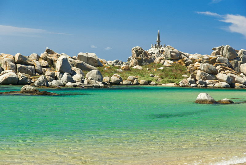 皇帝ナポレオンが生まれた、美しいビーチと崖を持つヨーロッパ屈指のリゾート地「コルシカ島」
