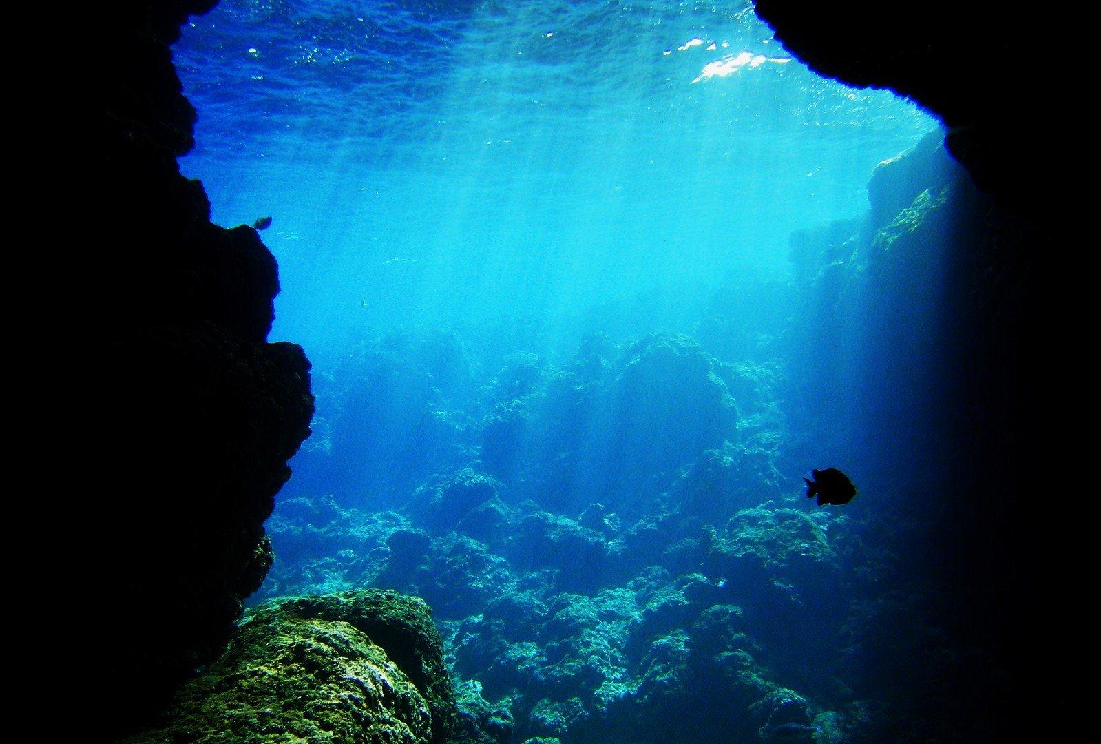 イタリアやギリシャだけじゃない!日本にもある素敵すぎる沖縄の青の洞窟