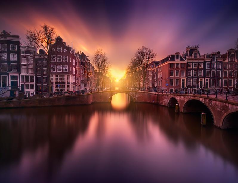 世界遺産の運河の街「アムステルダム」の夕暮れがロマンティックすぎる美しさ