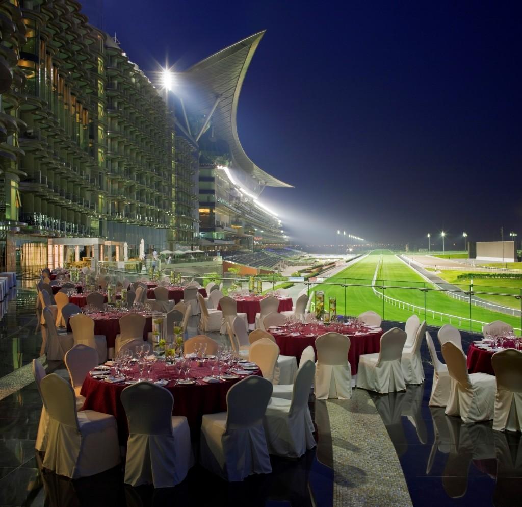 ザ・メイダン・ホテルで競馬場を眺めながらの夕食