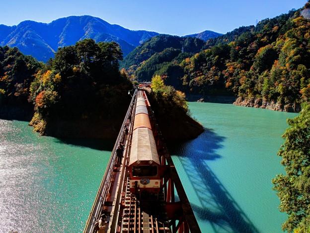 東京湾だけじゃない!エメラルドグリーンの湖に架かる絶景の橋「奥大井レインボーブリッジ」