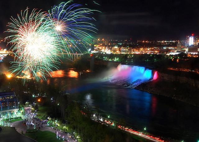 昼と夜で別の世界に変身する世界三大瀑布が1つ「ナイアガラの滝」