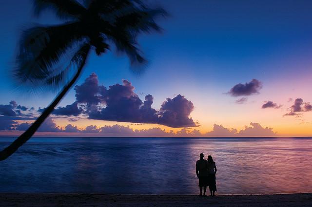 ボラボラ島フォーシーズンスホテル近くのビーチで夕焼けを眺めるカップル