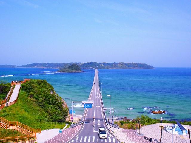 一直線に伸びる角島大橋の風景